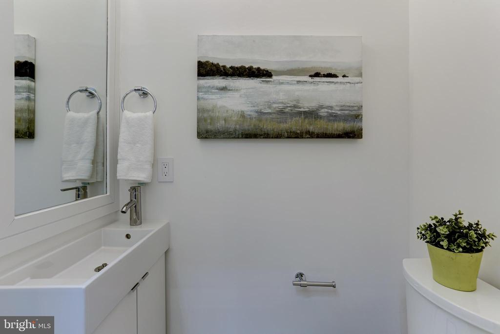 1/2 bath for guests - 1712 15TH ST NW #3, WASHINGTON