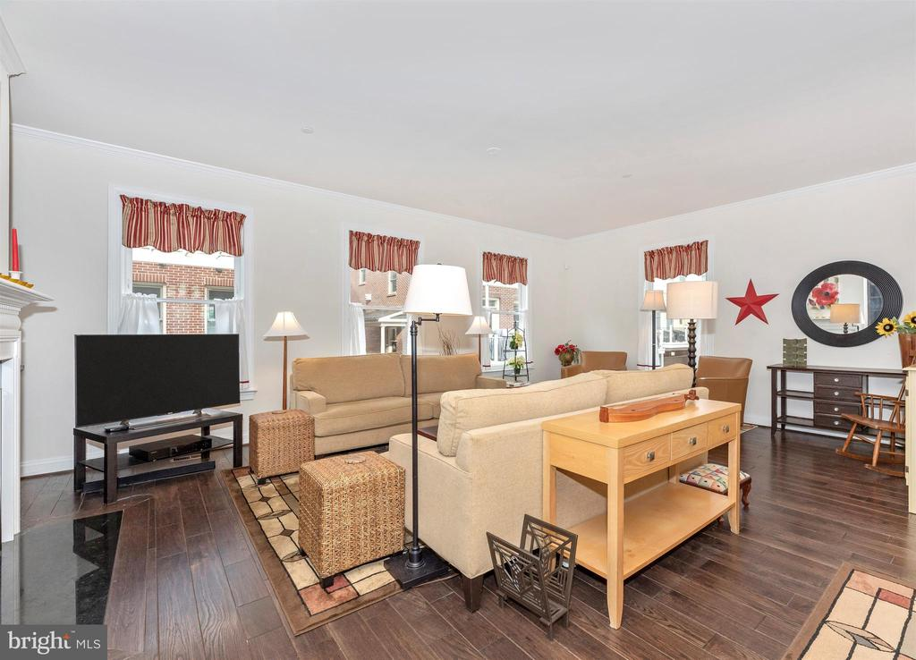 Open floor plan with lots of windows & light. - 43 MAXWELL SQ, FREDERICK