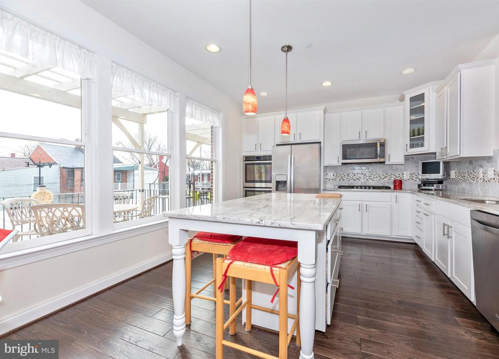 Kitchen is light, bright and cheery! - 43 MAXWELL SQ, FREDERICK