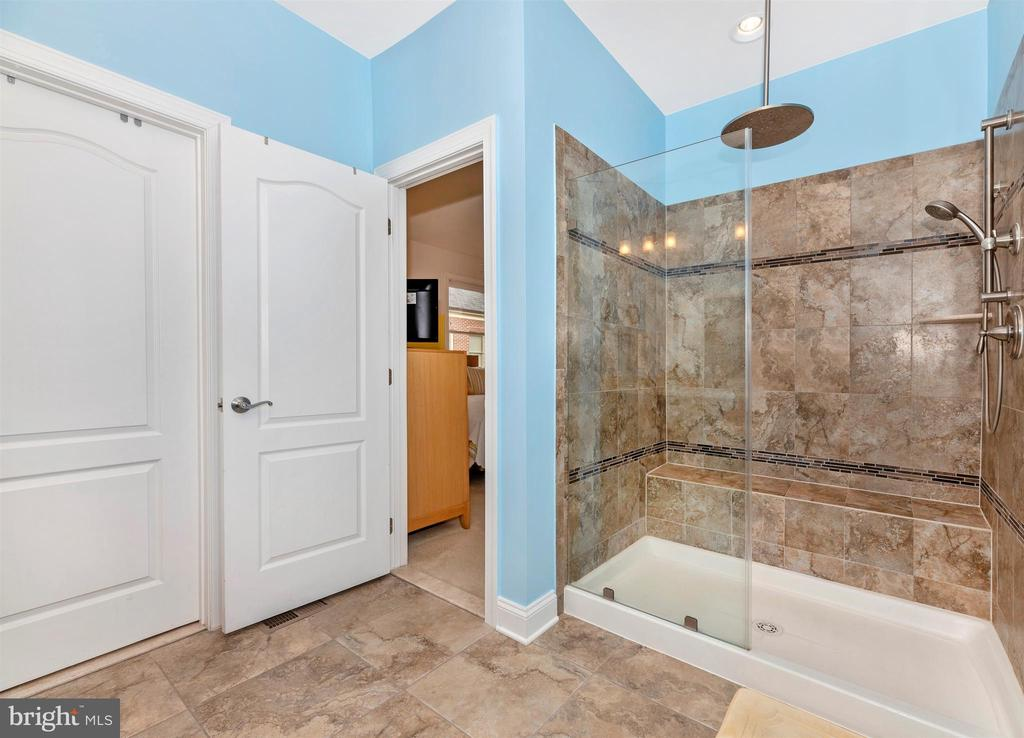 Large tile shower with seat & rain shower head. - 43 MAXWELL SQ, FREDERICK