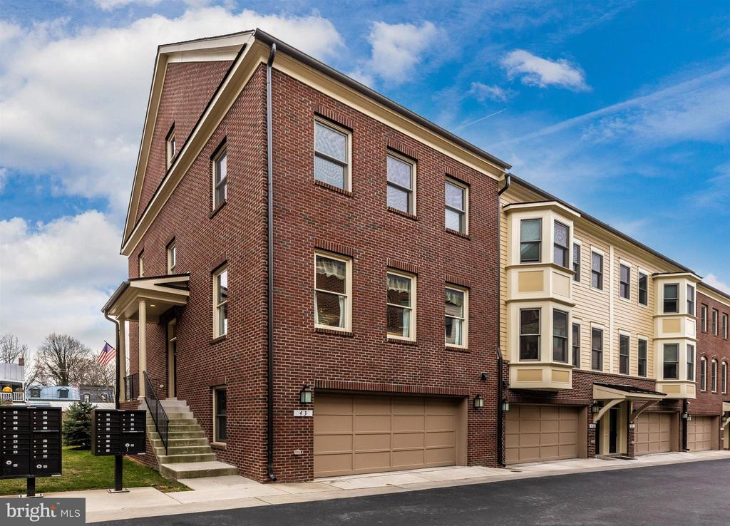 End of unit townhome. - 43 MAXWELL SQ, FREDERICK