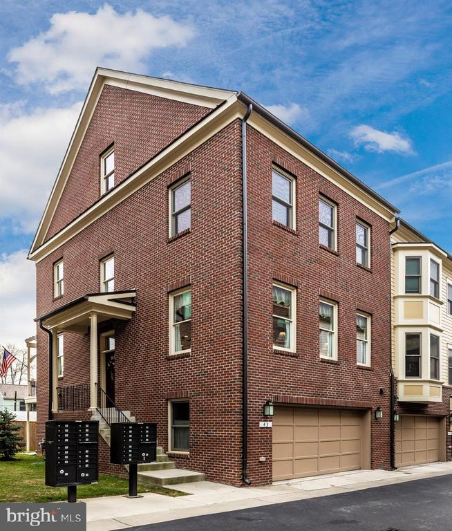 Modern living in historic downtown Frederick. - 43 MAXWELL SQ, FREDERICK