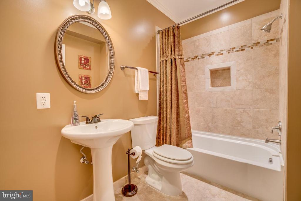 Lower level full bath - 20190 KIAWAH ISLAND DR, ASHBURN