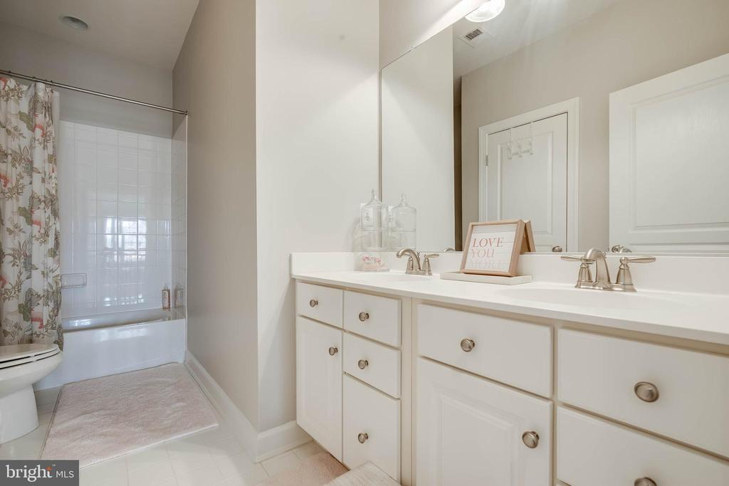 Upstairs hall bath! - 25983 KIMBERLY ROSE DR, CHANTILLY