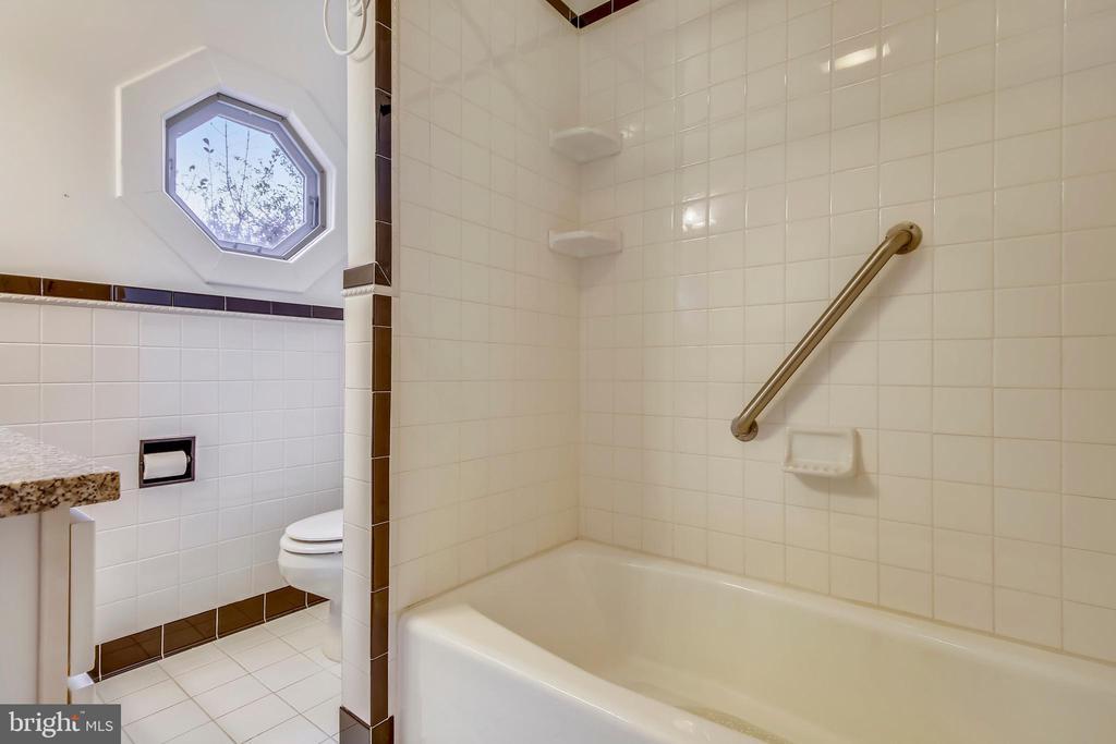 Upper Level Bath - 302 RUCKER PL, ALEXANDRIA