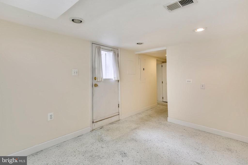 Entrance/Mud Room on Lower Level - 302 RUCKER PL, ALEXANDRIA