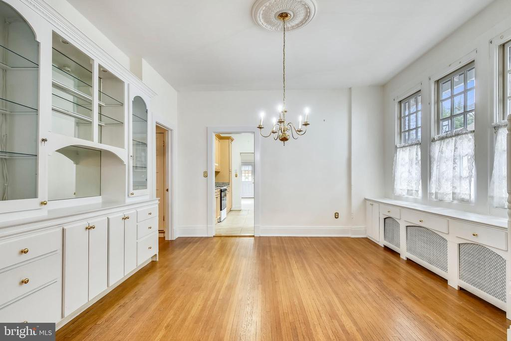 Dining Room with Built-ins - 302 RUCKER PL, ALEXANDRIA