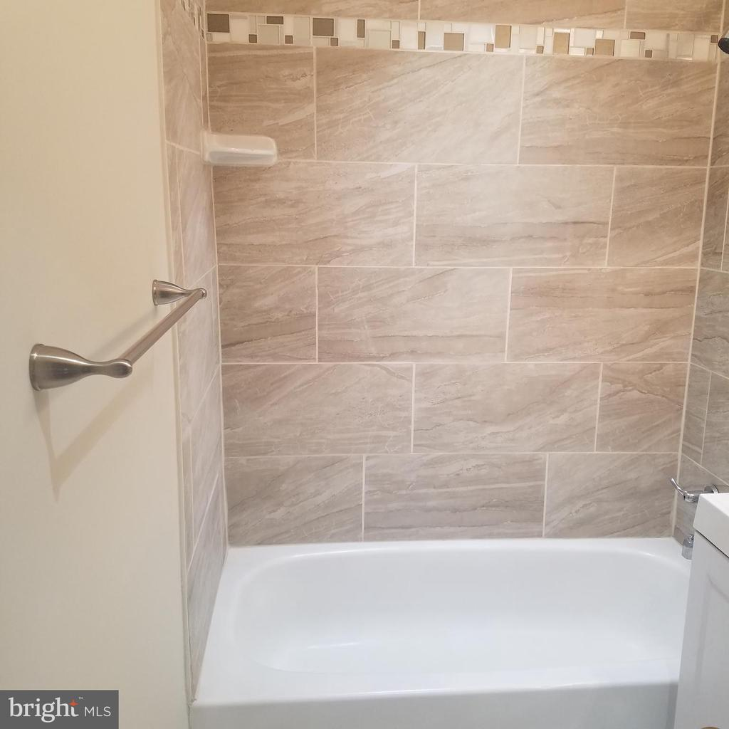 Beautifully remodeled full bath, main level - 290 MANASSAS DR, MANASSAS PARK