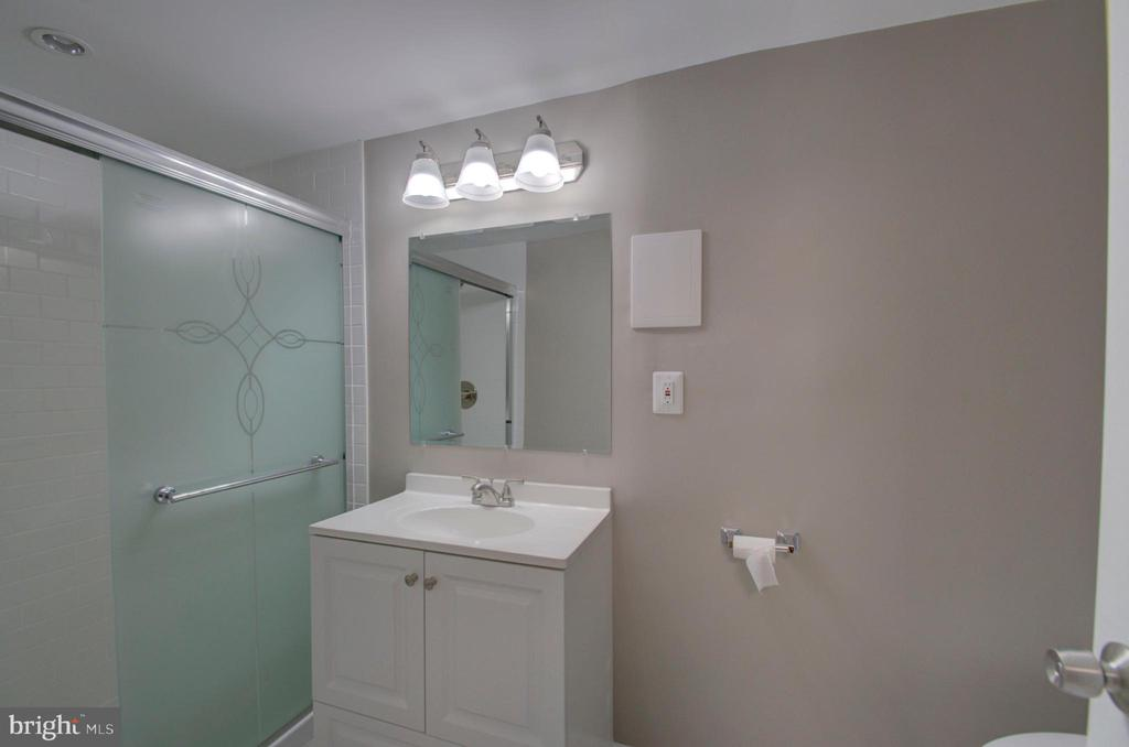 Full bathroom in basement fully remodeled - 2947 SUNSET LN, SUITLAND