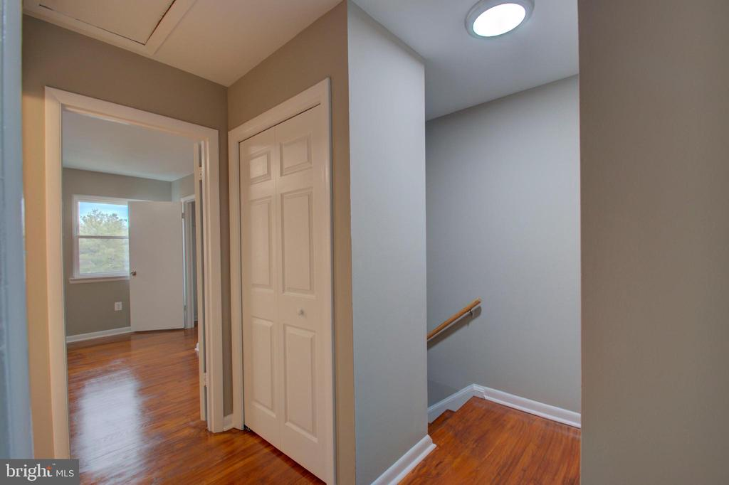 Upstairs hallway - 2947 SUNSET LN, SUITLAND