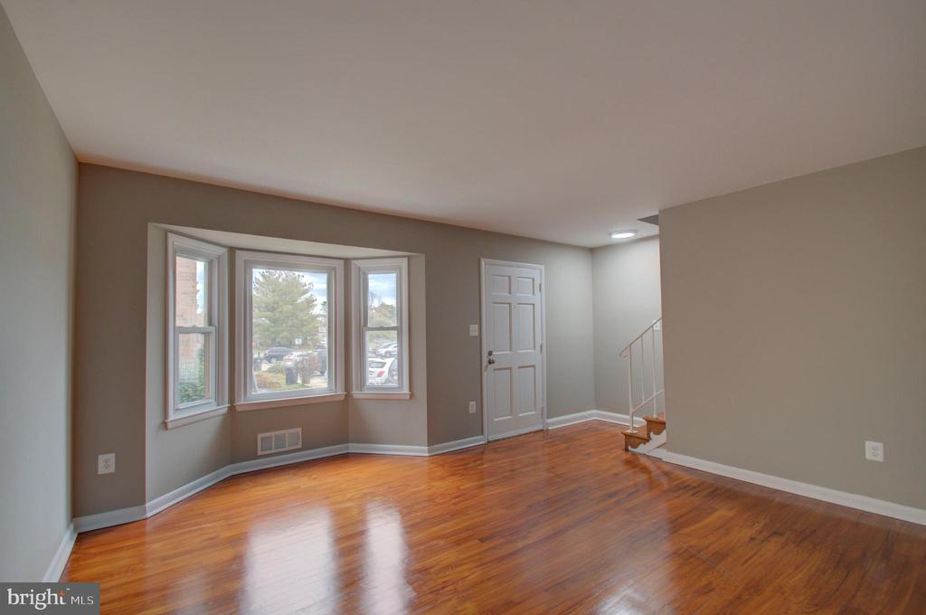 Bay window gets tons of natural sunlight - 2947 SUNSET LN, SUITLAND