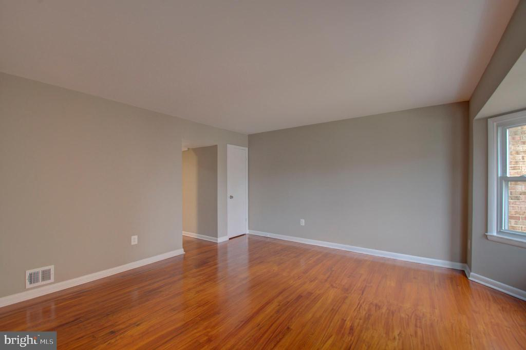 Huge living room! - 2947 SUNSET LN, SUITLAND