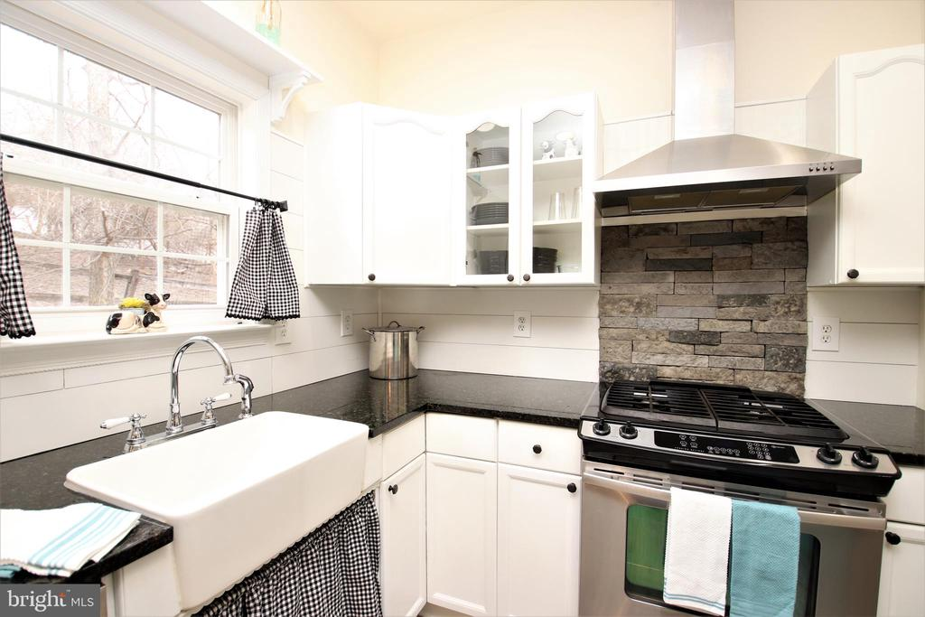 Gas stove w/stone backsplash, farm sink - 1704 MEMORIAL PARK, MARTINSBURG
