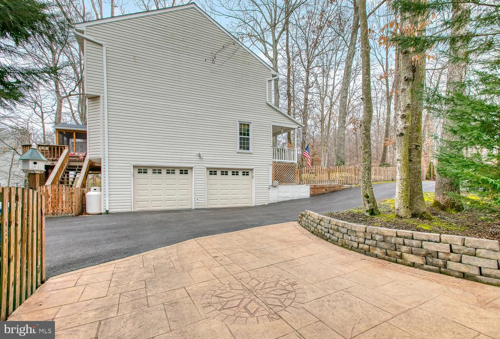 Side load garage and stamped concrete parking pad - 131 EUSTACE RD, STAFFORD