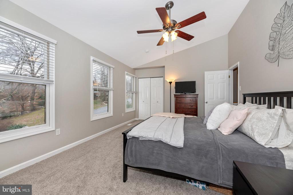 Lots of natural light - 7206 PADDOCK CT, NEW MARKET