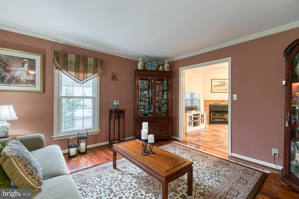 Living room with crown molding - 131 EUSTACE RD, STAFFORD