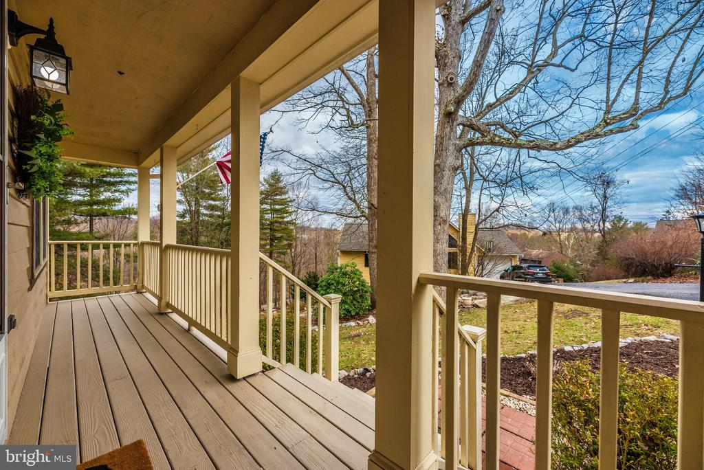 Newly stained deck - 7206 PADDOCK CT, NEW MARKET