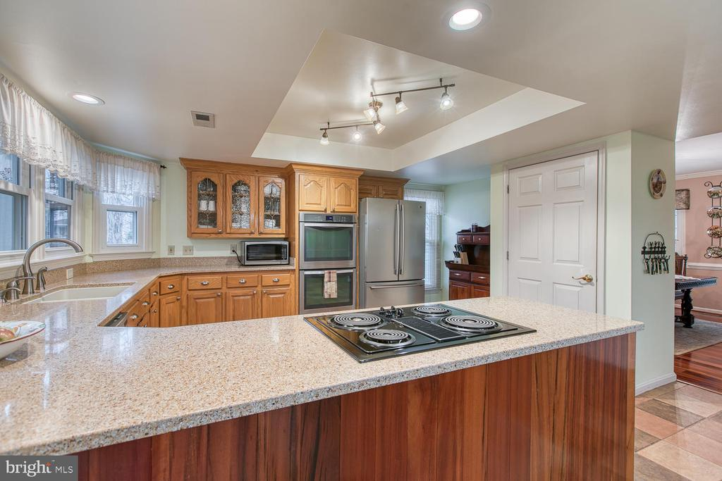 Quartz counters and updated lighting - 131 EUSTACE RD, STAFFORD