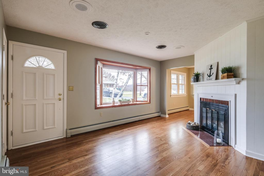 Refinished hardwoods throughout! - 9939 KELLY RD, WALKERSVILLE