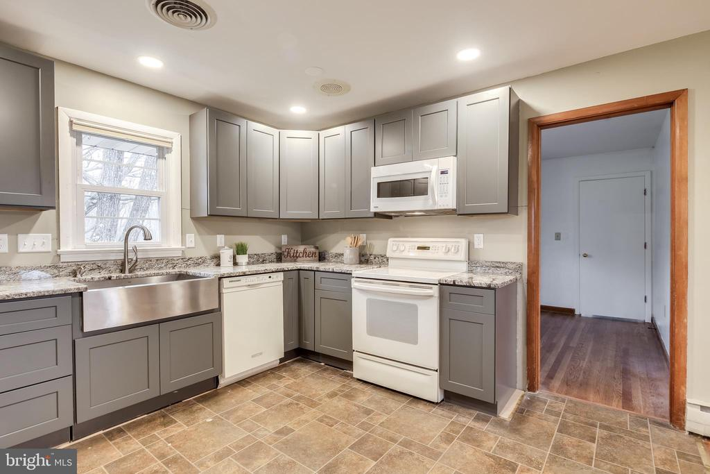 New appliances and stainless steel apron sink. - 9939 KELLY RD, WALKERSVILLE