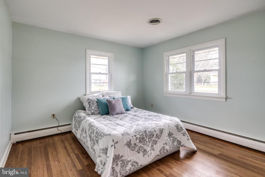 Second bedroom with hardwoods and lots of sunlight - 9939 KELLY RD, WALKERSVILLE