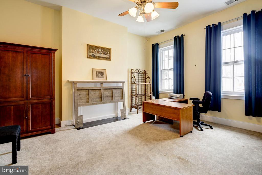 Second Large Bedroom - 714 PARK AVE, BALTIMORE