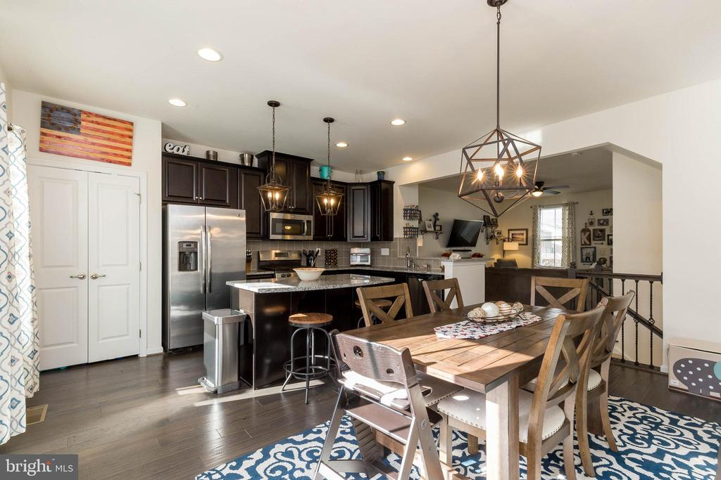 Great Space for Entertaining - 41713 MCMONAGLE SQ, ALDIE