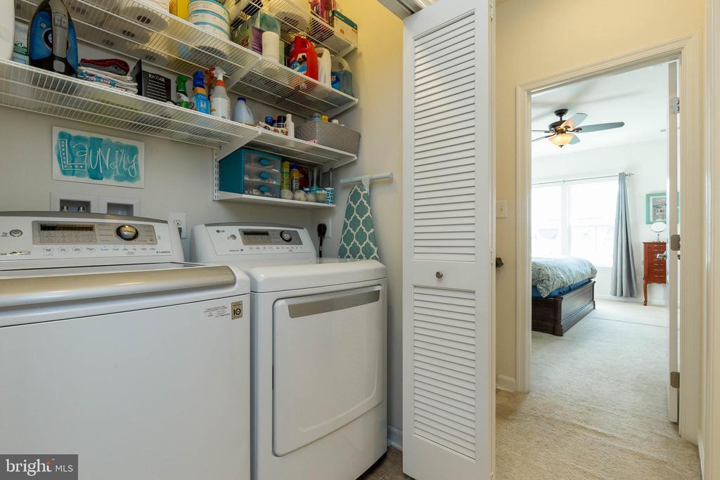 Upper Level Laundry with Storage - 41713 MCMONAGLE SQ, ALDIE