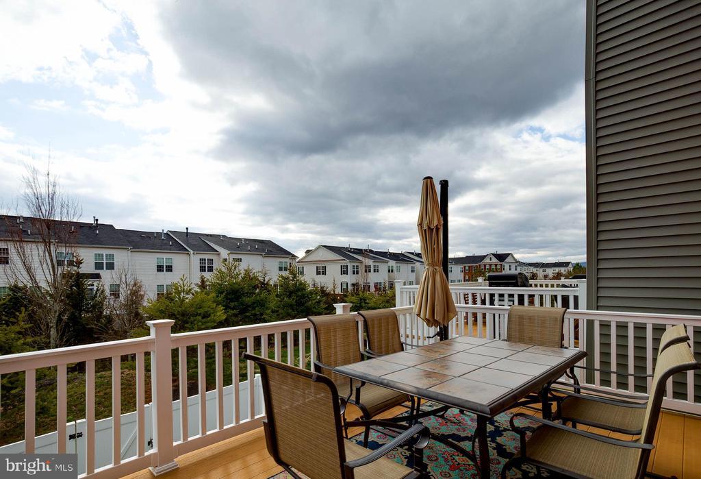 Deck Overlooks Common Trees - 41713 MCMONAGLE SQ, ALDIE