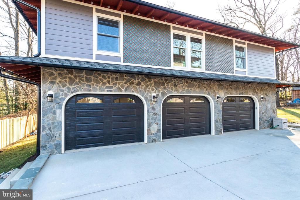 Detached 3-car garage. - 120 KINGSLEY RD SW, VIENNA