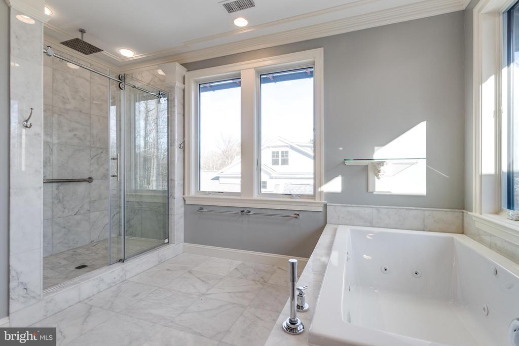 Master bath with jetted soaking tub. - 120 KINGSLEY RD SW, VIENNA