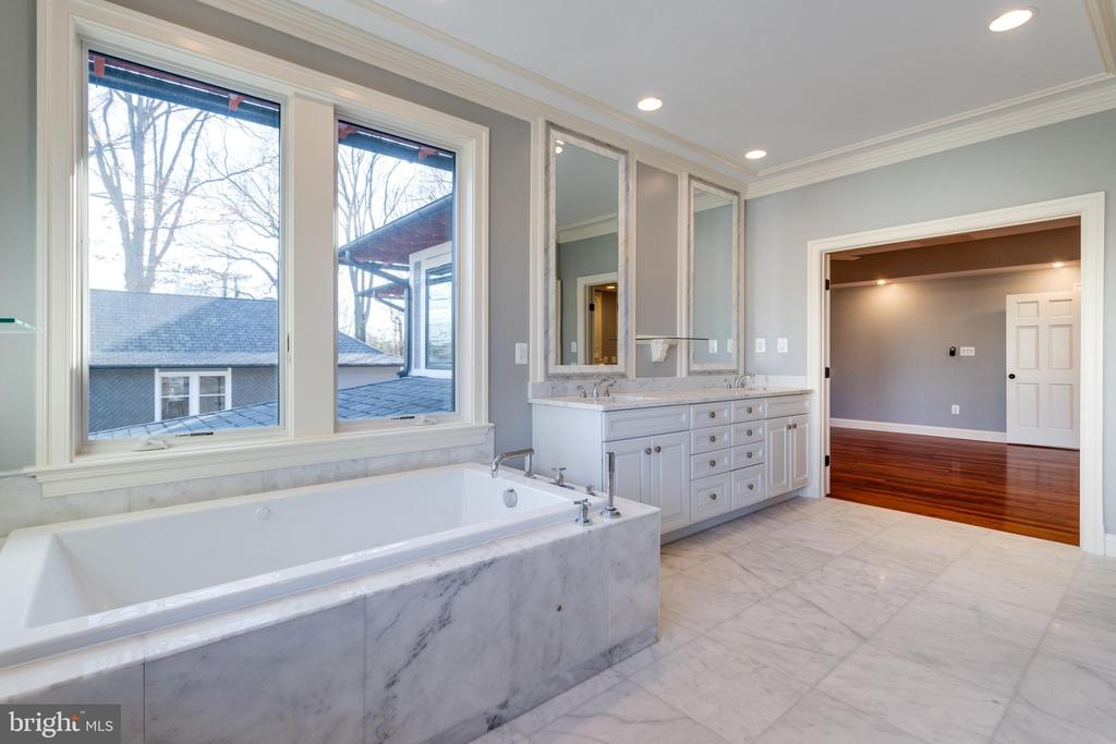 Master bath has marble tile tub surround. - 120 KINGSLEY RD SW, VIENNA