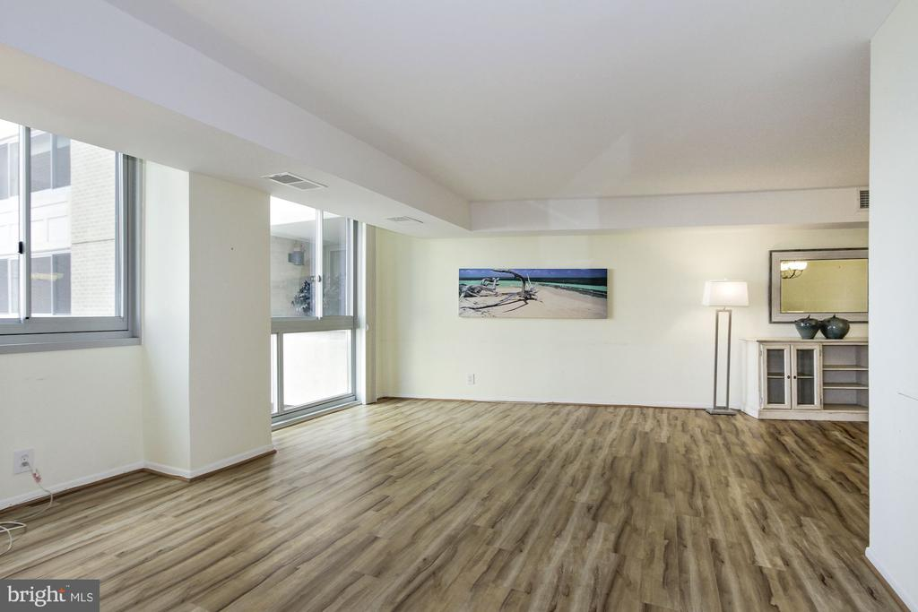 Spacious & Bright Living Room - 4601 N PARK AVE #809-J, CHEVY CHASE