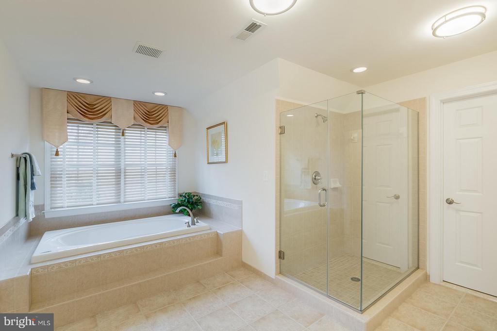 Upscale Master Bath W/Oval Jacuzzi Whirlpool Tub - 9321 WEIRICH RD, FAIRFAX