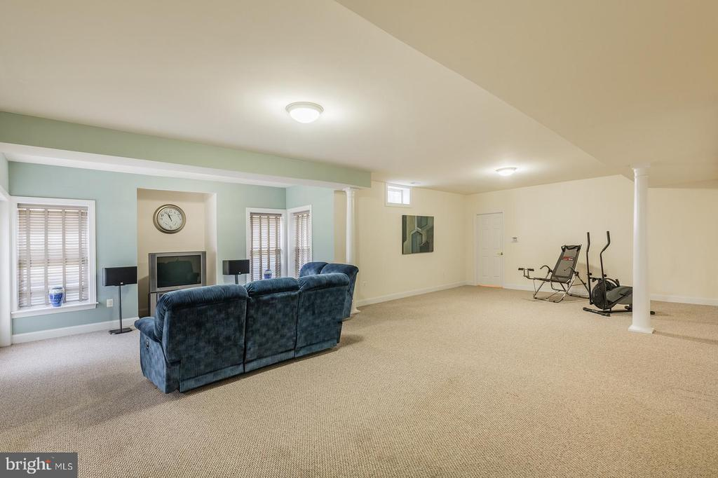 Expansive Entertainment Room - 9321 WEIRICH RD, FAIRFAX
