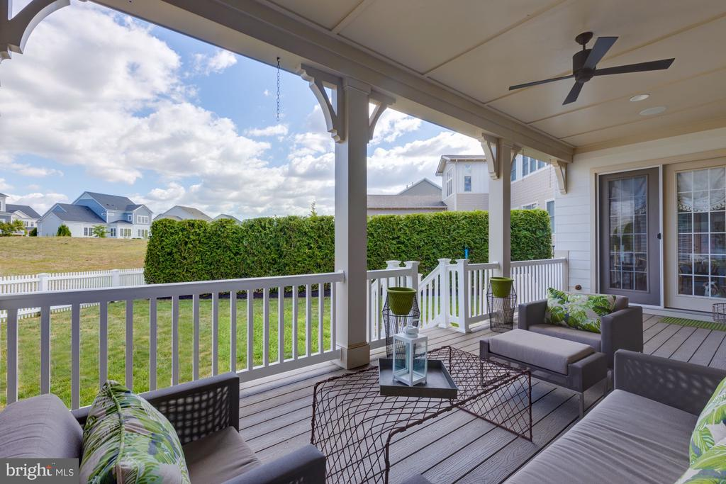 Comfortable and relaxing back deck with fireplace - 23734 HEATHER MEWS DR, ASHBURN
