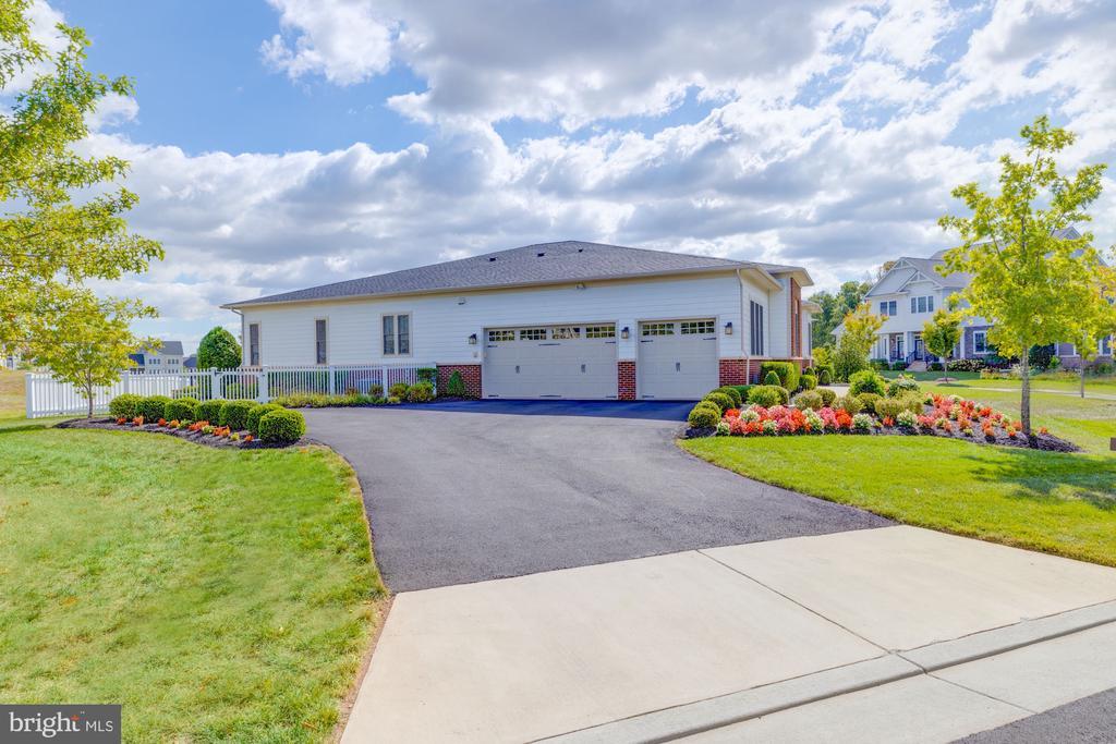 Huge driveway with oversized 3 car garage - 23734 HEATHER MEWS DR, ASHBURN