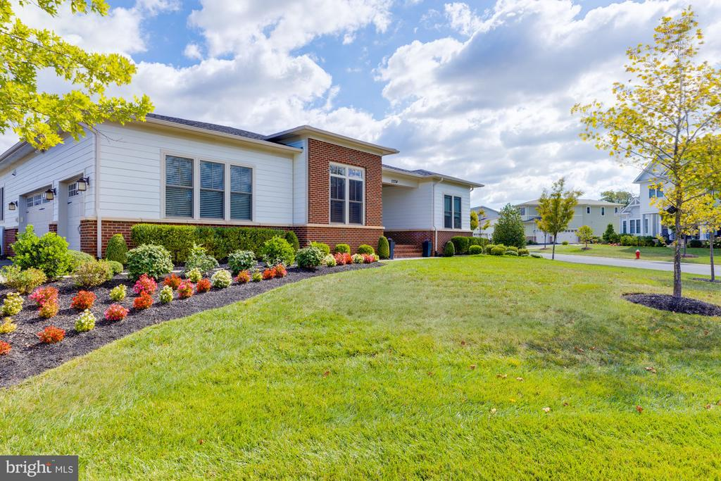 Professionally landscaped with irrigation system - 23734 HEATHER MEWS DR, ASHBURN