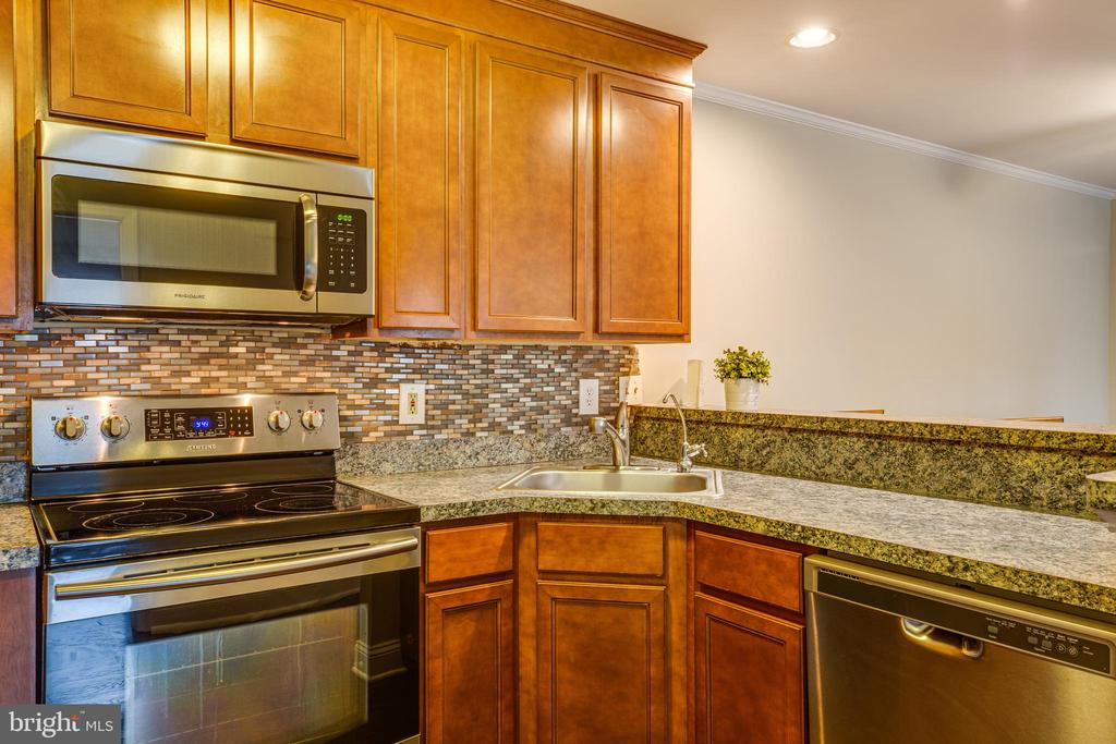Updated kitchen with stainless steel appliances. - 302 GROSVENOR LN #3, STAFFORD
