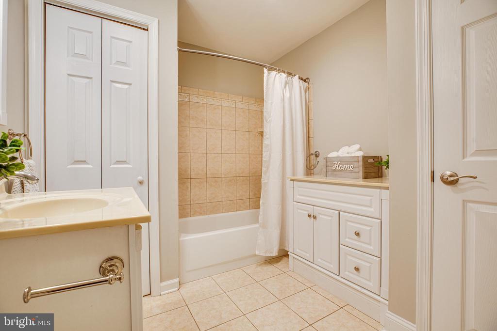 Extra large, full bathroom with bonus vanity - 302 GROSVENOR LN #3, STAFFORD