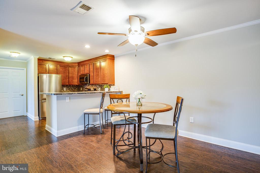 Open concept dining and living spaces - 302 GROSVENOR LN #3, STAFFORD