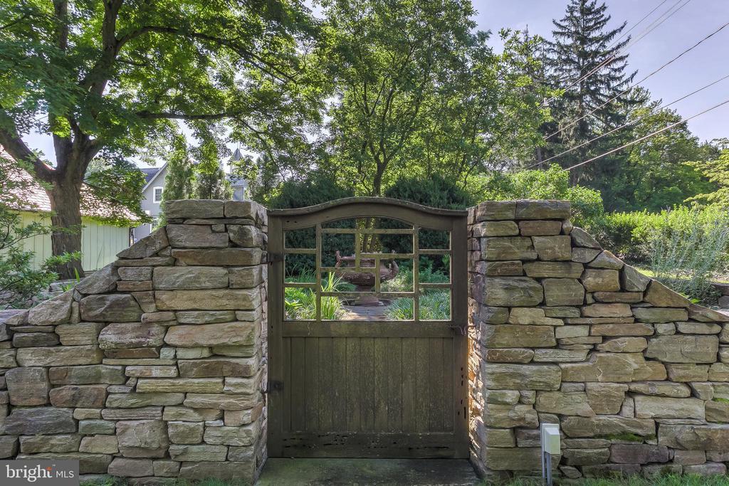 Walled Garden - 7309 BRIGHTSIDE RD, BALTIMORE