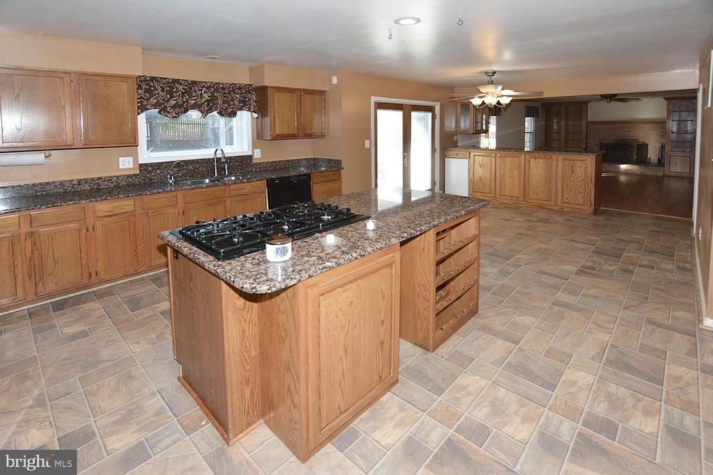The kitchen flows into the family room - 9337 S WHITT DR, MANASSAS PARK
