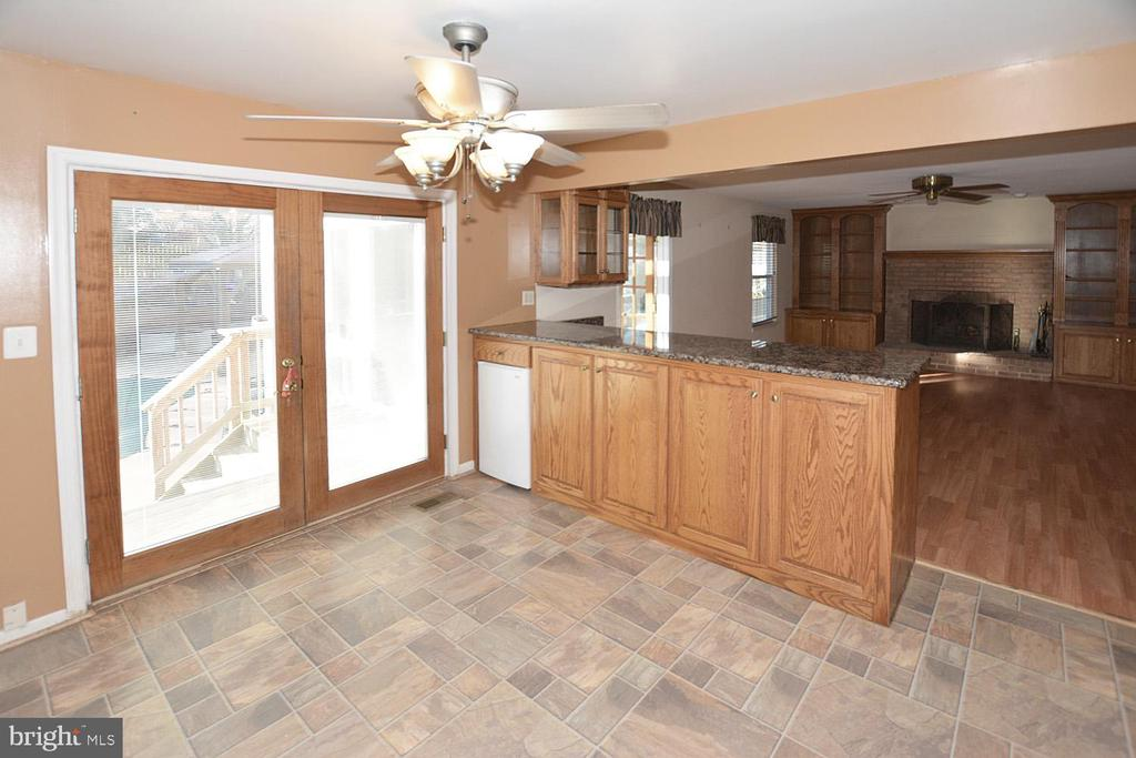 Good size table area and ceiling fan in kitchen - 9337 S WHITT DR, MANASSAS PARK