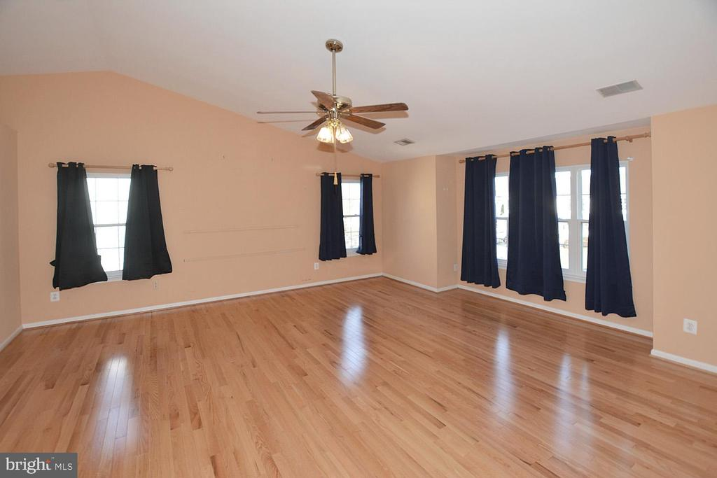 Extra large master bedroom with ceiling fan - 9337 S WHITT DR, MANASSAS PARK