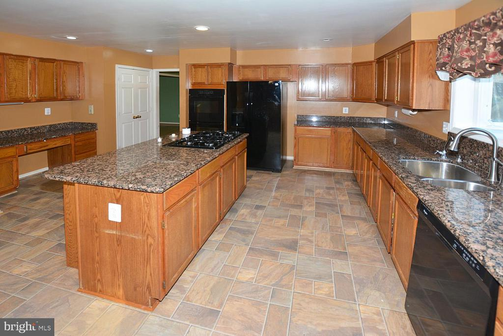 Large gourmet kitchen with long center island - 9337 S WHITT DR, MANASSAS PARK