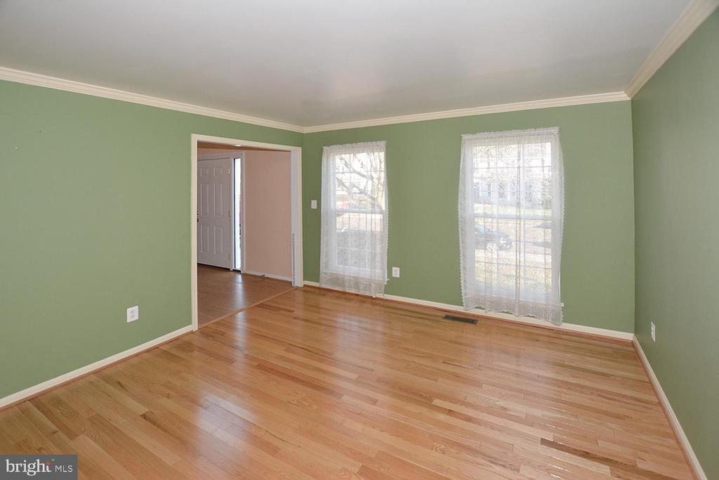 Large Living room with hard wood floors - 9337 S WHITT DR, MANASSAS PARK