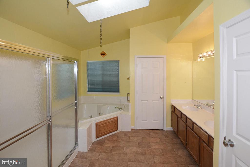 Master bath suite w/ separate shower & soaking tub - 9337 S WHITT DR, MANASSAS PARK