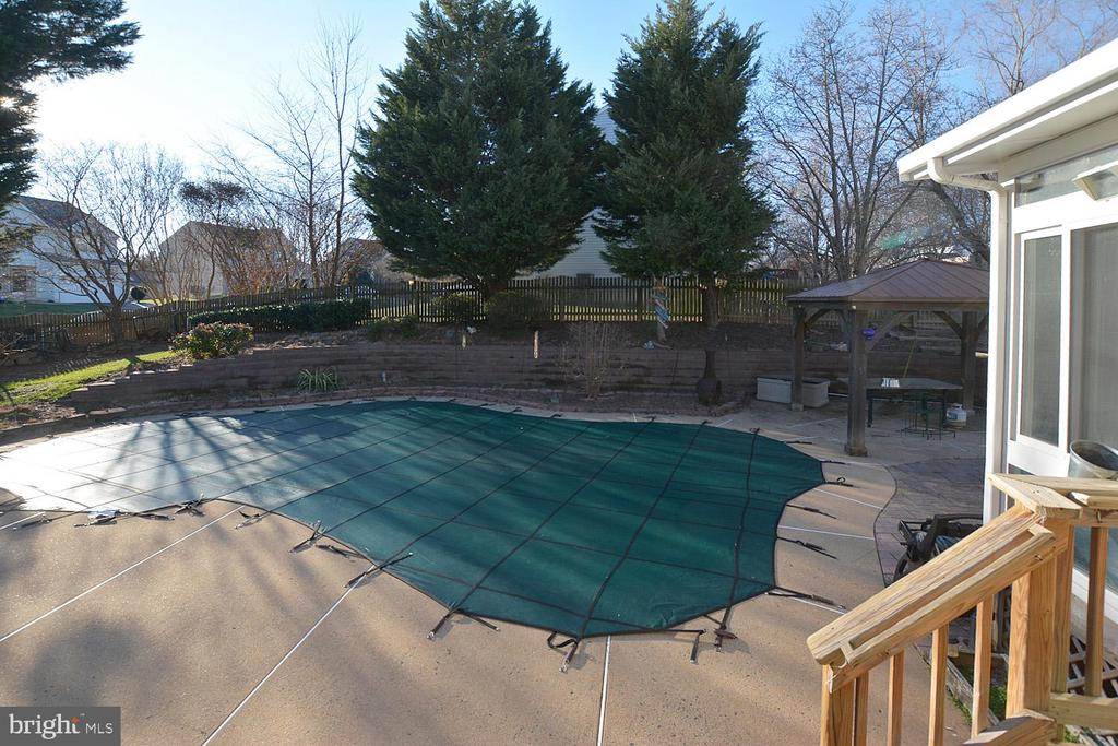 Beautiful in ground pool and decking - 9337 S WHITT DR, MANASSAS PARK