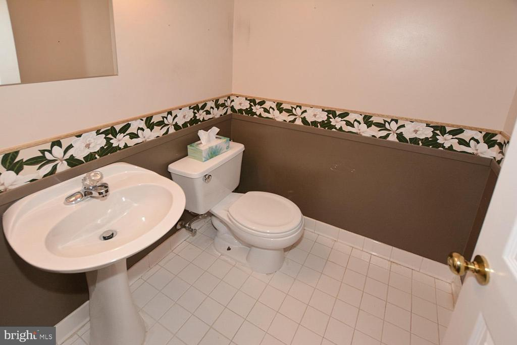 Half bath on main level to be painted - 9337 S WHITT DR, MANASSAS PARK